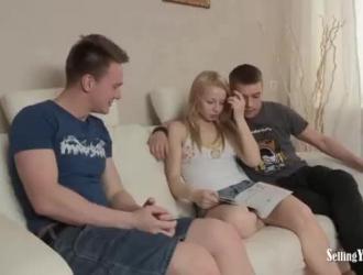 شقراء روسية بمؤخرة كبيرة مستديرة تتمتع بينما تمارس الجنس بقوة على السرير