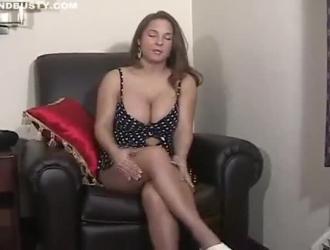امرأة سمراء في سن المراهقة إغاظة لها مهبل حلق بشدة