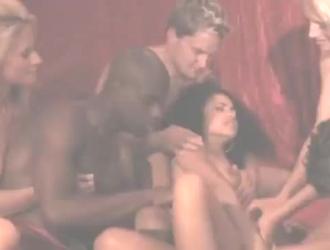 مجموعة العربدة يمارس الجنس مع العديد من الفتيات في محاولة للحصول على بعض المرح مع دسار ضخمة