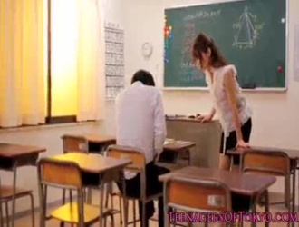 تحصل المعلمة اليابانية الخجولة جوجو كيس على مارس الجنس من قبل طلابها الذكور خلال وقت الفصل الدراسي