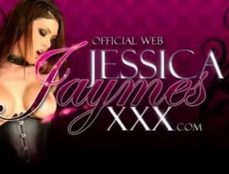 تحب جيسيكا جايمز أن تجعلها تدور على طاولة العلاج قبل ممارسة الجنس بالقرب منها