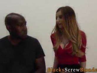 يتم مارس الجنس مع فاتنة سوداء شاحبة في وضع هزلي على الأريكة ، في منزلها.