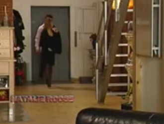 الخادمة الحلوة ، سارة فانديلا تئن بينما تضاجع صاحب عملها ، بدلاً من أداء وظيفتها بشكل صحيح.