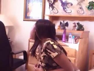 فتيات عاريات يمارسن علاقة ثلاثية مع رجل مسن ، بدلاً من أخذ وظيفته على محمل الجد.