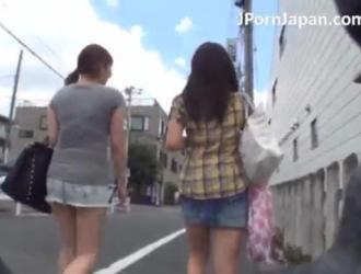 تلميذة يابانية صغيرة تأخذ جرعة من نائب الرئيس.