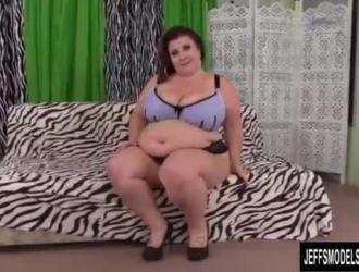 السيدة السمين تقوم بعمل روتين تمدد ، قبل أن تسمر في الحمام من قبل عميلها الوسيم.