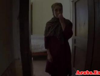 فاتنة المسلمة ترتدي علامة زرقاء أثناء استمناء أمام كاميرا الويب.