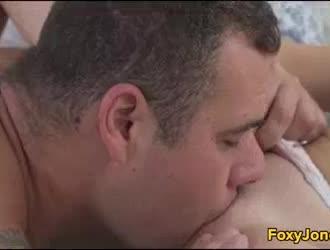 أثارت وقحة شقراء يحصل مارس الجنس في الحمار على الأريكة ، بينما تماما في رغوة الصابون.