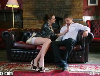 تحب السيدة الرائعة سونيا ممارسة الجنس العرضي مع رئيسها أثناء تواجده في مكتبه.