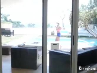 فاتنة شقراء في البيكيني الأصفر تريد أن تصبح عارية واللعب مع الجنس الرقيق لها.