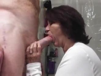الجدة تمص الزب