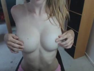 شقراء جديدة في سن المراهقة مارس الجنس من قبل صديقها في الحمام.