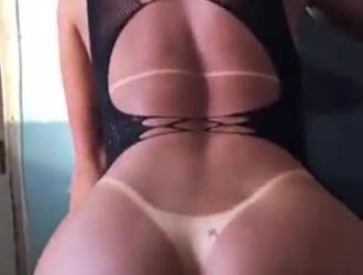 تقوم جبهة مورو الشقراء الساخنة بعمل فيديو إباحي مع صديقتها المقربة التي تعرف كيف ترضيها.