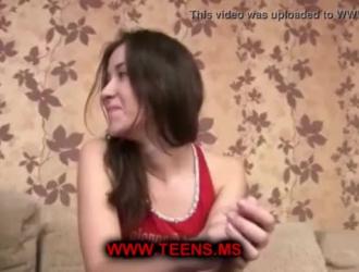 المراهق الحلو يمارس الجنس المص في المحكمة ويصرخ من المتعة أثناء تجربة النشوة الجنسية.