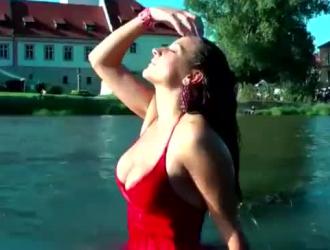 امرأة سمراء وام الهواة ضخها وجه الديك الطازج.