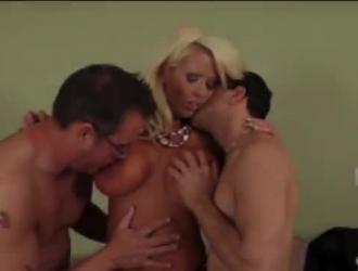 الشقراء المدبوغة تبذل قصارى جهدها لإرضاء زوجها في سينما خاصة.