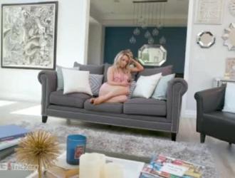 تستخدم الشقراء كيت كينيدي ثديها الضخمة لإرضاء رجل وسيم على الطاولة.