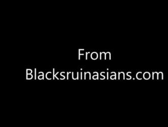 في سن المراهقة نحيف وذيل الضفيرة ورجل أسود وسيم يتمتعان بمجموعة ثلاثية بين الأعراق مشبع بالبخار.