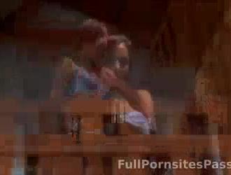 امرأة سمراء نحيفة ذات صدر صغير ، آبي على وشك ممارسة الجنس مع والد صديقها.