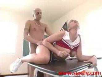 رائع تلميذة المشجع مارس الجنس في الحمار من قبل مدربها الجديد.