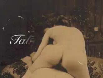 خمر فيديو من فاتنة سمراء قرنية نشر ساقيها وهي تستمني على الأريكة.