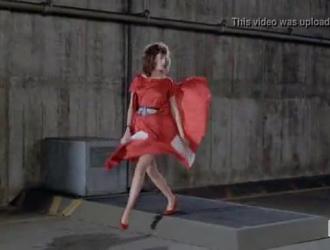 المرأة ذات الشعر الأحمر ذات الثدي الكبير تتعرض للاستغلال من الخلف ، على أرضية غرفة معيشتها.