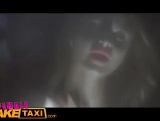 أنثى تاكسي وهمية مثير ابناكي فاتنة الجميل العميل بعد إغواءه بشكل جميل له في سيارة الأجرة