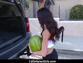 فاتنة الآسيوية الصغيرة لديها عمل منفرد ويأكل نائب الرئيس