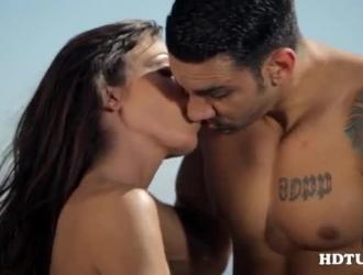 امرأة شقراء رائعة المظهر مع وشم جميل ، أنجيلا أندرسون تحب أن تمارس الجنس ، حتى تقوم بممارسة الجنس.