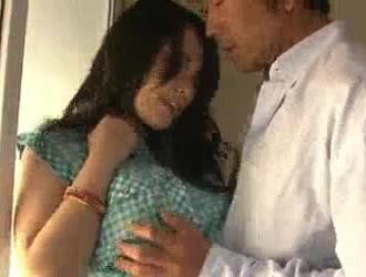 شقراء حسية في قميص أزرق تحب أن تظهر لها الثدي الضخم أمام الرجال.