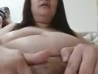فتاة صينية رائعة باللون الوردي ، والملابس الداخلية المثيرة والكعب العالي تحب أن تمارس الجنس مع المدلك.