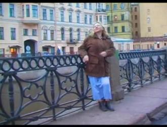 امرأة سمراء روسية مفلس في جوارب سوداء وحزام الرباط تمارس الجنس العرضي مع رئيسها.