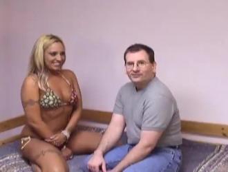 رجل مثير للإعجاب يقوم بالإصبع على مؤخرة صديقه الجديد بينما زوجته ليست في المنزل.