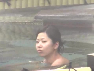 تقوم امرأة سمراء في الكاميرات اليابانية بعمل أول فيديو إباحي لها وتشتكي من المتعة بينما تعاني من ضجة العصابات.