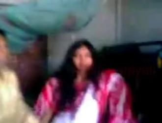 رجل متزوج يأكل كس مراهق جديد ، بينما صديقها يلعب مع مؤخرتها.