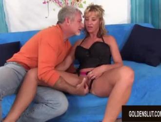 امرأة شقراء ناضجة تمتص قضيب الرجل الأصغر ولعق الكرات أثناء ممارسة الجنس بشدة.