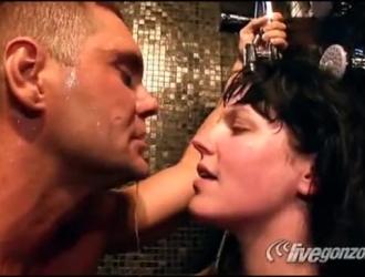تقوم ناتشو فيدال بممارسة الجنس مع أم قرنية في كل مرة يذهب فيها زوجها إلى العمل.
