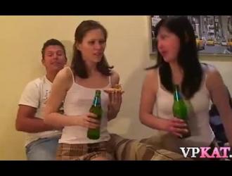 ذهبت الفتيات الجميلات إلى فريق التمثيل وتمكنوا من ممارسة الجنس مع أفضل أصدقائهم.