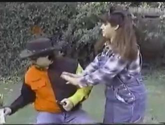 مثير فتاة المزرعة يحصل لها في فتحة الشرج بقبضة صديقها وضربات الديك الأسود الكبير لركوب.