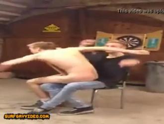 الرجال قرنية يمارسون الجنس مع براندي الحب في الحمار ويشتكون من المتعة ، بينما يفعلون ذلك.