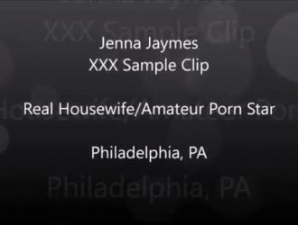 تعرف المرأة الشقراء ، جينا جي روس ، كيف تشغل الكاميرا وتضاجعها.