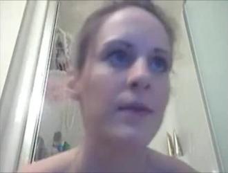 الفتاة ذات العيون الزرقاء ، سامانثا ب ترتدي جوارب سوداء أثناء انتظارها للحصول على شخ جديد على وجهها.