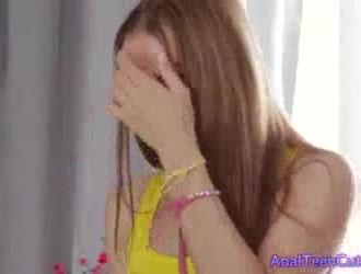 غالبًا ما تلعب المرأة ذات الشعر الداكن مع بوسها المبلل أثناء إجراء مكالمة هاتفية.