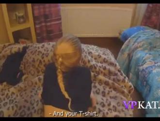 في سن المراهقة الصغيرة ، باعت إيرين المنزل لدفع الإيجار الجديد مع كسها الرطب المبلل.