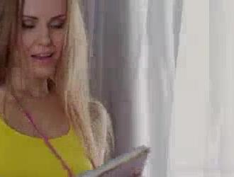 امرأة ذات شعر داكن مفلس ، أليكس تشانس تمتص حتى تلف شفتيها الناعمة حول قضيب شريكها.