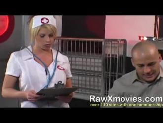 الممرضة الشقراء تلعق كس صديقتها وهي تركع وتمص قضيبها الصعب.