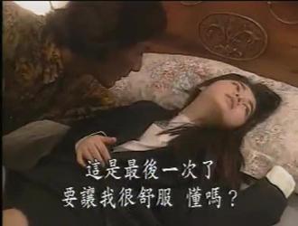 فتاة صغيرة حلوة يابانية تلعب بوسها حتى يضايقها ويمارسها حكة برية وساخنة.