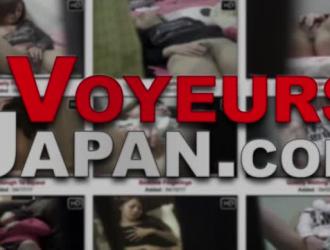امرأة سمراء يابانية ذات شعر قصير على وشك الحصول على درس جنسي مثير من صديقتها الجديدة.