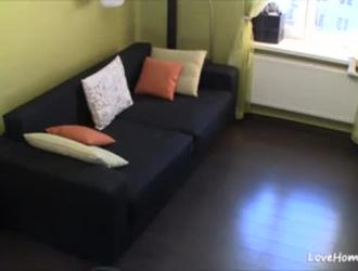 أخذت فتاة ساخنة ذات شعر أسود رئيسها إلى غرفة نومها لتظهر نوع الدعامة التي تحبها.
