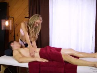 تتعرض بريستين إيدج للخبط في سريرها بدلاً من قضاء إجازة صغيرة ، لأنها تريح بوسها.